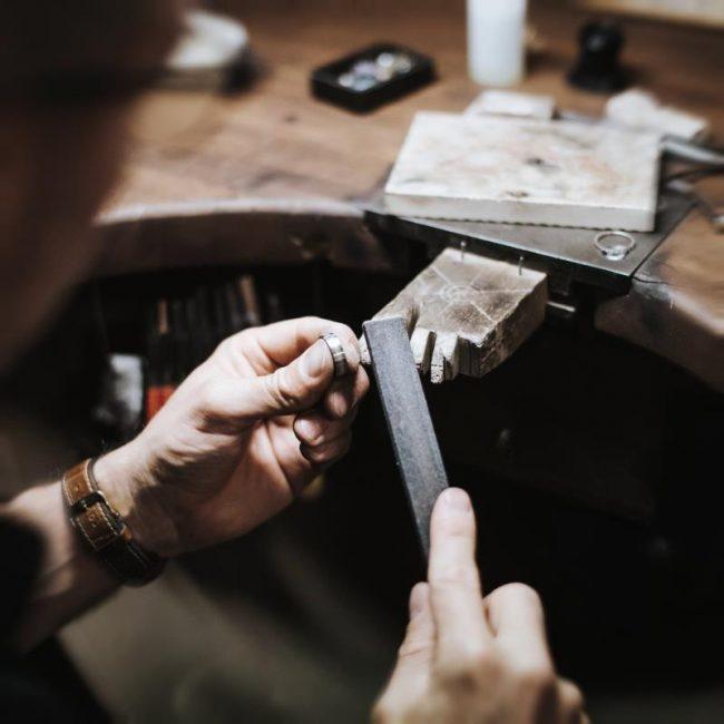traditionelles Goldschmiedehandwerk