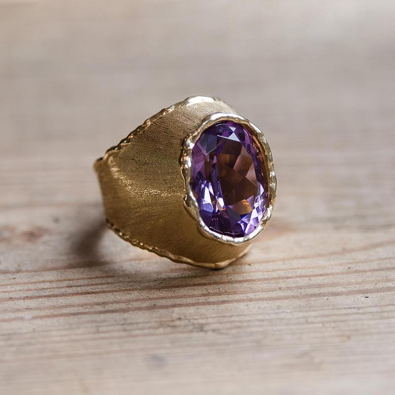 Ring aus 585 Gelbgold (14k) mit angeschmolzener Fassung und Rändern (flambiert) und einem großen, facettierten Amethyst