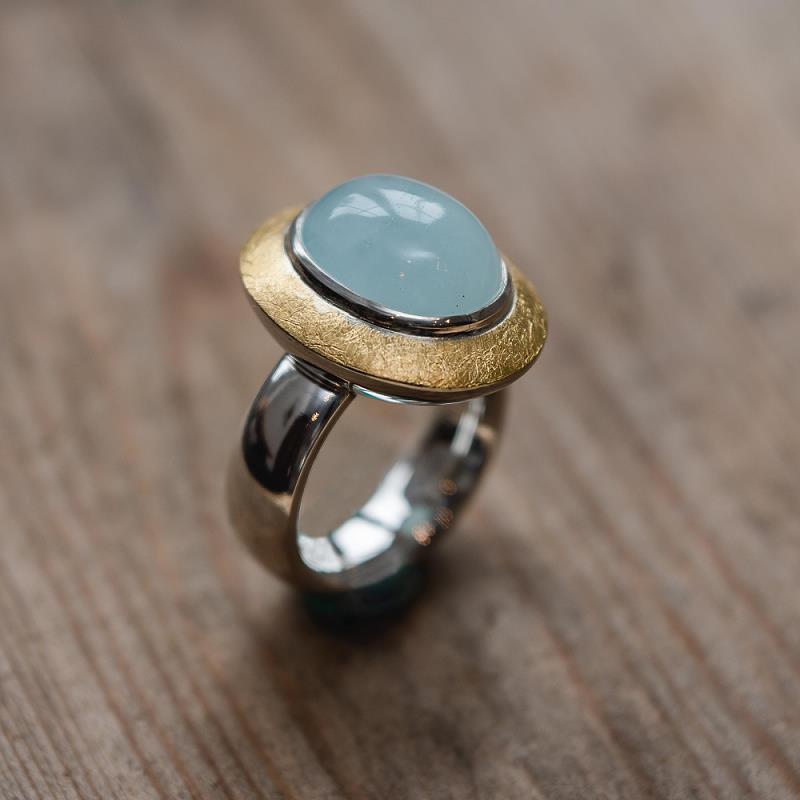 Ring aus 925 Silber und 750 Gelbgold (18k) mit einem Aquamarincabochon