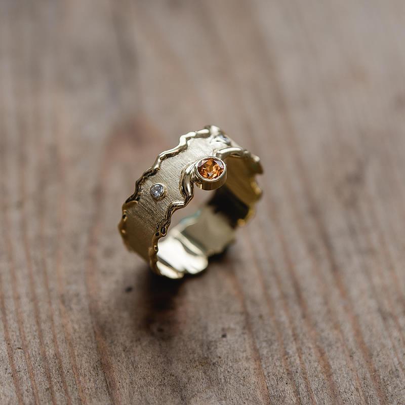 Ring aus 585 Gelbgold (14k ) mit angeschmolzenen Rändern (flambiert), und einem Mandaringranat und einem Brillant
