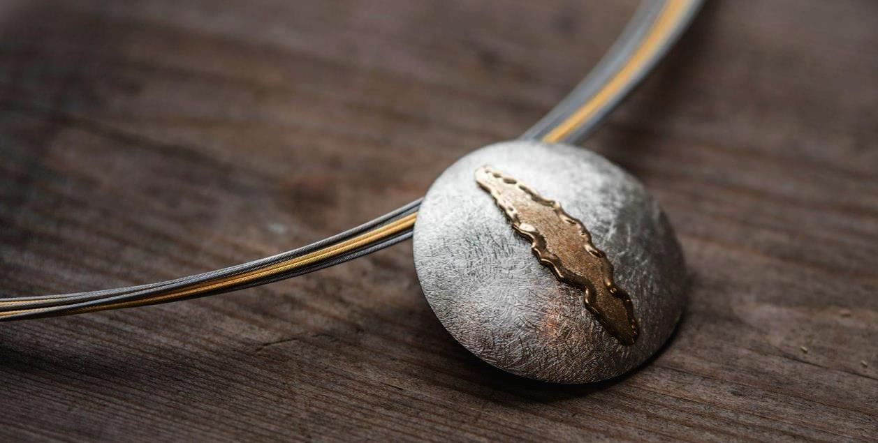 Halsreif (mehrreihig) mit Mittelteil aus 925 Silber und 585 Gelbgold (14k) flambiert und von Hand getrieben