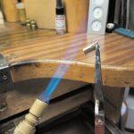 Um das Metallgefüge des Goldes weich und geschmeidig zu halten wird es bis zur Rotglut erhitzt.