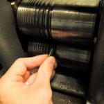 Durch das Walzen des Goldes wird die runde Form des Barrens in eine achteckige Form gebracht.