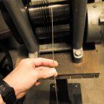 Je kleiner die Löcher der Drahtwalze werden, desto kleiner wird auch der Durchmesser des Golddrahtes.