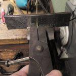 Der achteckige, dünne Golddraht wird durch ein rundes Zieheisen gezogen, um Ihn wieder in eine runde Form zu bringen.
