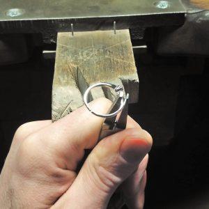Mit einer Spezialzange (Schienenzange) wird der Ring nun auf das kleinere Maß zusammen gebogen.